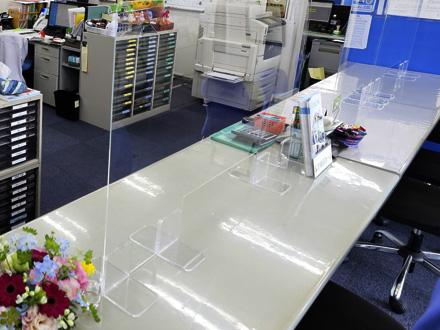 接客カウンター及び商談テーブルに飛沫感染防止のためのアクリル板を設置しております。