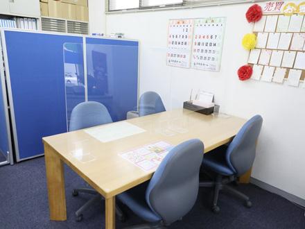 ご契約は書類も多く、大きいため6人がけのテーブルで。お子様がいても安心な十分に広いスペースもあります。