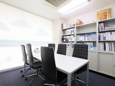 大事な商談ごとに利用できる完全個室も完備。外部に話が漏れません。